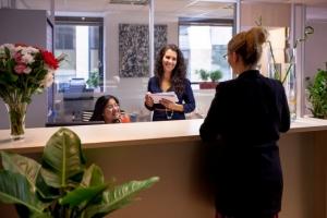 une-equipe-souriante-dans-le-centre-d-affaires-emergence-boulogne-184-660x660